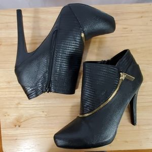 QUPID BLACK TEXTURED HEELED BOOTIE 7.5 WORN ONCE